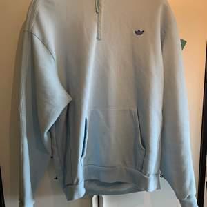 Adidas skateboard hoodie, inköpt i somras för 800kr om jag inte minns fel. De små prickarna försvinner efter en tvätt.