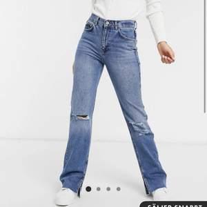 Slutsålda jeans från pull and bear i strl 38 men är som en 36🤍använt 1 gång så är i nyskick, pris kan diskuteras✨fraktar såklart spårbart (66kr) se tidigare annons för egna bilder