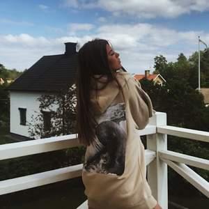 Beige oversized hoodie med tryck från NELLY, passar S och M