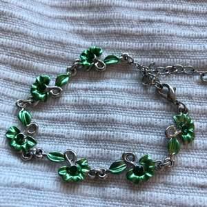 Supergulligt armband med gröna blommor! Finns 3 st! 39kr ~ Nickelfria