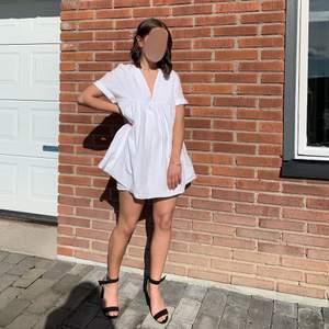 Perfekta vita jumpsuiten till konfan, skolavslutningen eller studenten🥂 En jumpsuit som ser ut som en klänning, väldigt smidigt! Bud från 100kr eller fast pris 180kr