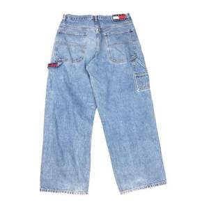 Super baggy Tommy Hilfiger carpenter jeans med supersnygg stor passform. Dessa är sällsynta och de perfekta stylish baggy jeansen!
