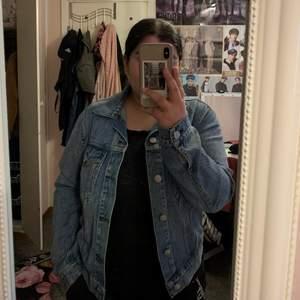 Fin Jeans jacka som ja säljer. Den är använd bra antal gånger men är i jätte gott skick då jag använt den på rätt sätt om man säger så☺️. Finare i verkligen än på bild den är en eller två nyanser mörkare i blå färg då än va de syns på bilden. Köpt från BikBok ord pris 500kr. Har blivit för liten för mig hehe😌