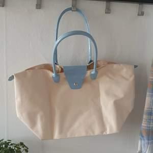 Jättefin handväska i beige och blå. Stor och rymlig. Stängning med dragkedja. Skriv till mig innan köp :)
