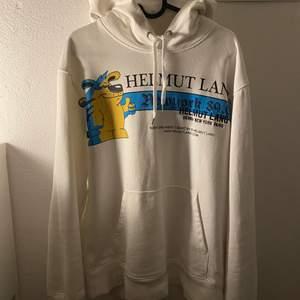 Helmut lang hoodie i bra skick, knappt använd! Storlek M i herr och L för dam. Nypris ligger på 2500kr till 3000kr! Köparen står för frakt! (66kr)