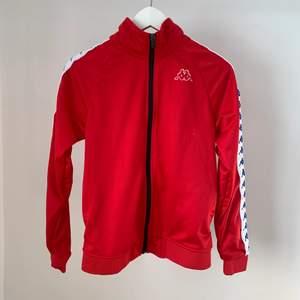Röd tröja från Kappa.