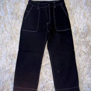 Ett par Asfina Monki jeans i modellen Mozik med kontrastsöm! Har bara använt 1 gång då den passar tyvärr inte riktigt. Frakt tillkommer🥰