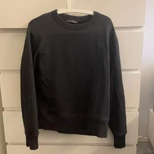 Svart Sweatshirt från acne Storlek small, endast använd ett fåtal gånger