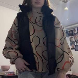 MEGACOOL tröja med puffärm. säljer eftersom den inte används. tjockt material och tröjan har knappt använts. frakt tillkommer!!💞