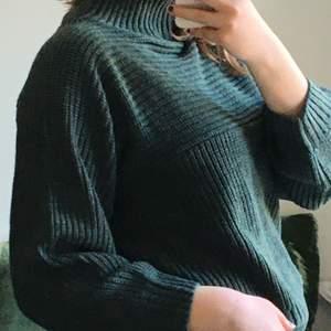 Säljer denna stickade tröja! Den är mörkgrön med ett coolt stickat mönster och är inte stickig! Originalpriset ligger runt 250kr! Har aldrig använts (prislappen är kvar). Säljer för att den är för liten:( Frakt ingår ej💕