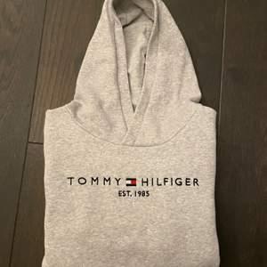Säljer jättefin tommy hilfiger hoodie, köpt på kidsbrandstore. Sparsamt använd💖 stl 164