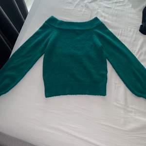 Snygg grön offshulder tröja, den är i bra skick!:)