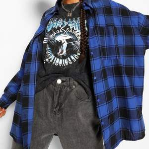 Köpte denna skjorta från Boohoo i storlek S men den är större i storleken. Storleken är typ ungefär L. Jag använder mig av bilderna från boohoo för att skjortan är i själva förpackningen och jag har provat den en gång och inget mer. Så helt enkelt den är helt ny. Här är mitt nummer: 0763174768 så ni kan sms mig om du är intresserad. Bara sms:a o inte ring.