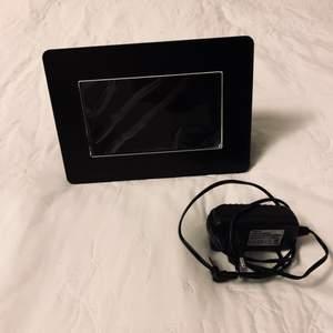 digital photo frame dpf 9095.  Digital fotoram som man kopplar med ett USB. Den har plats kvar på skärmen som man kan ta bort.  450kr.  Kolla gärna in mina andra inlägg, Vi intresse av fler varor så fixar jag ett bra paketpris!