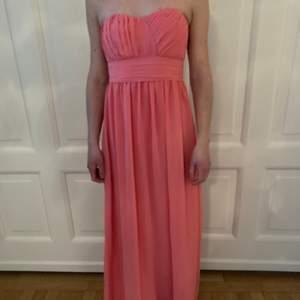 Vacker balklänning i en varm rosa ton. Aldrig använd.
