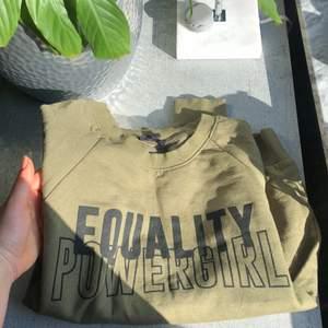 Sweatshirt, super mjuk och fin passform. Tyvärr för liten. Knappt använd.