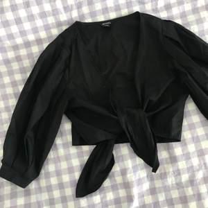 Knappt använd, slutsåld tie-front blus från Monki 🦋