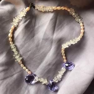 Extremt fint halsband köpt på exklusiv dansk designbutik, (som ej finns längre), med pärlor och lila och vita stenar.💜 Jättefin modell med vintagestil perfekt för en bal eller finare tillställning. Köparen står för frakten🌙
