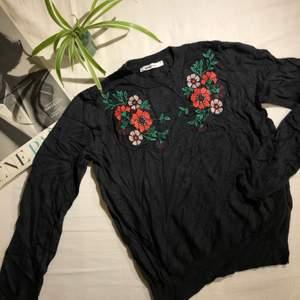 Svart stickad tröja med blommönster! Storlek S, passar även XS 💕 köparen står för frakt 📩
