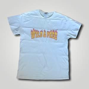 Köpt från NELLY. En enkel vit t-shirt med tryck på, härligt material. Condition: 8/10. Frakt är 45 kr. Köp nu! 😊