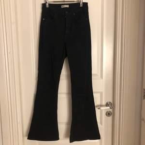Ett par svarta stretchiga bootcut jeans från Ginatricot. Storlek S. Jag är 160cm, och hade önskat att de var någon centimeter längre. Så perfekt för någon som är 158 eller kortare. Köparen står för frakten. Om du köper alla mina tre bootcut jeans kostar det 175kr+frakt istället för 250kr+frakt.