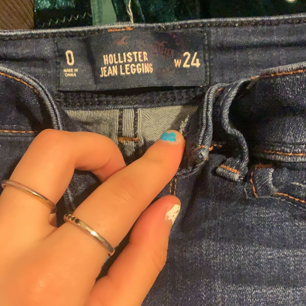 säljer dessa hollister jeans har ej heller haft användning så ny skick ❤️. Jeans & Byxor.