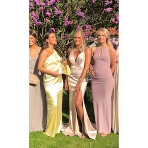 Intressekoll på min balklänning. Verkligen så fin ljusrosa klänning med släp och slits. Ryggen är helt fantastisk. Använd en gång. Köptes för 6000kr på en butik i Malmö. Skicka ett meddelande om du är intresserad 🤩🥰