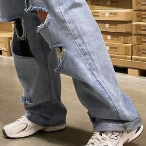 (HÖGSTA BUD 220 UTAN FRAKT) Jag säljer dessa super snygga midrised, baggy-slitna jeans som tyvärr inte kommer till användning så ganska bra skick. De är även ganska långa i modellen så de går ned perfekt vid skorna. Köpta på boohoo för 350 och säljer för 125kr. Jag och köparen kommer överens om frakten💞💞 (första bilden är lånad)