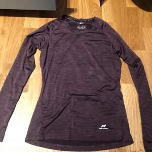 En mörk lila långärmad träningströja från pro touch men köpt på Intersport. Köptes för ett år sen. Är i storlek 36. Aldrig använd.