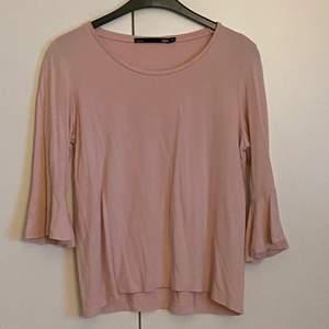 en gammalrosa topp med volangärmar💕 tröjan är från lager 157 i storlek XS men jag skulle säga att den sitter som en S☀️ frakten ingår i priset😎