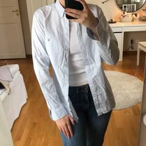 Säljer min ljusblå-vit randiga skjorta från gant. Storlek 36, aldrig använd. Säljer för 90 kr + eventuell fraktkostad.