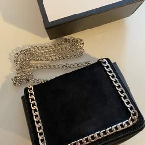 Liten svart väska med skedja. Säljer denna då jag ej använder den.
