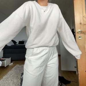 Sweatshirt från ajf X nakd i storlek S men lite oversized. Skönt material och vida långa ärmar🤎🤎