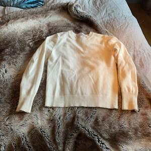 Säljen en knappt använd Cashmere tröja i nyskick