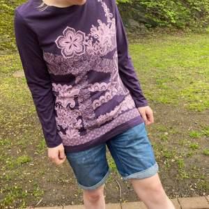 Supermysig oversized tröja från Isolde 💜 Fina rhinestones på tröjan med. Står storlek M men funkar nog på xs-L beroende på önskad passform. ✨