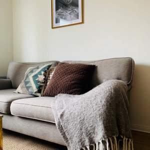 Brunt örngott ifrån H&M Home! 50X50 i storlek, helt o rent! Lite dunfjädrar invändigt sen tidigare kudde bara. 15kr plus frakt som köparen står för 🐻