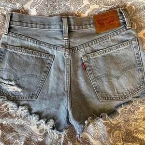 Så snygga Levi's jeansshorts, köpte förra sommaren tror jag men de har inte kommit till användning då de var förstora Nypris ca. 550kr (W26 passar XS-S typ)