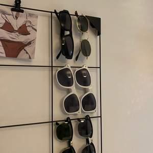 Blandade solglasögon, högsta raden: 70kr, mitten raden:30kr lägsta raden:50kr😁❤️