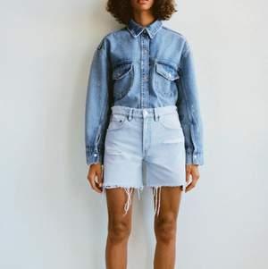 Jättesnygga jeansshorts från zara som tyvärr var för små. As snyggt nu till sommaren!! Köpta för 250kr, aldrig använda prislappen sitter kvar!❣️