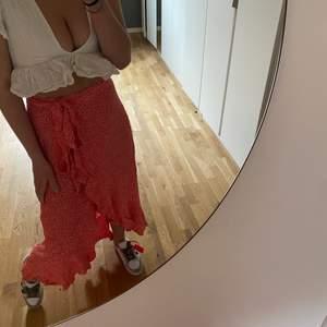 Kjolen är köpt förra sommaren och kommer ifrån And Other Stories. Jag använder inte långa kjolar så mycket och väljer därför att sälja!! Den är använd Max 2 gånger, vilket är bra för er! Men synd då det är en väldigt fin kjol och går att styla upp samt ner. Perfekt inför sommaren! Den är i Strlk 36, men passar alla då man kan spänna/släppa i midjan. Jag är 169 cm och ni ser på bilden hur långt den faller på mig!  Nypris 800kr, senast jag kollade är den slut på hemsidan!