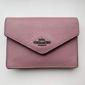 Säljer denna mini plånbok från Coach i äkta läder. Använd sparsamt. Ficka med dragkedja inuti samt plats för kort.