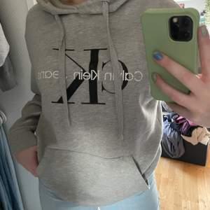 Hoodie från Calvin Klein i använt skick men fortfarande väldigt fin! Köparen står för frakten ❤️ storlek S