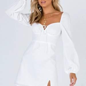 Vit klänning från princess polly, storlek 10, motsvarar ca s/m helt ny med lapp kvar, säljer då jag inte fått användning för den och den inte passat. Nypris ca 55$