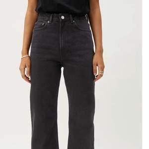 """Säljer dessa snygga jeans från weekday då de är för små för mig. Modellen heter """"Rowe"""". De är väldigt sparsamt använda och i fint skick (inte äns ett år gamla) 💗. Skriv privat/i kommentarerna om ni har frågor!"""
