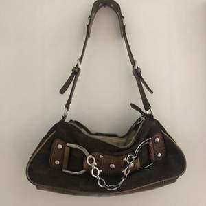 Skit ball brun väska med coola silver detaljer. Köpt på humana för 190kr. Säljer pga att den inte kommer till användning😢