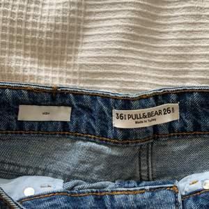 Blåa jeans shorts i storlek 36, från pull&bear. Aldrig använda. Dom är lite längre i benen och går att vika upp om man vill det!