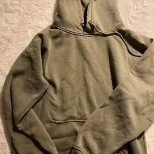Mörkgrön hoodie, sitter jättefint men har för många:/
