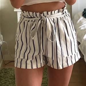 Säljer ett par jättefina randiga shorts från SHEIN🤍🤍 Köparen står för frakten, betalas helst via swish🤍 Skriv om ni har andra frågor eller vill ha fler bilder✨