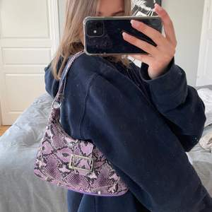Verkligen skitsnygg väska i ormskinn som jag älskar men har för många väskor så måste sälja lite 🤍 skriv för fler bilder! Köpte den på second hand