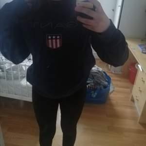 Hjälper min brorsa att sälja en skit snygg äkta Gant tröja som är så himla skön! Storlek M i man men skulle säga S/M💕 hör av er för mer bilder eller frågor.